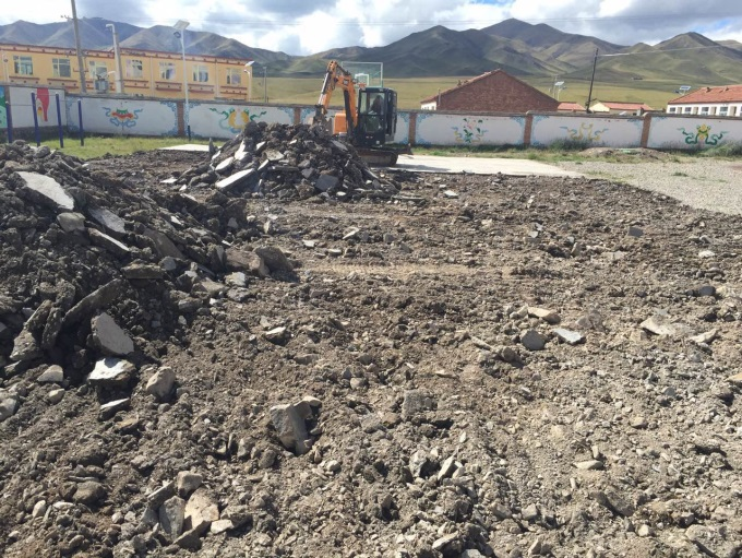 青海省同德县英奴乎小学新的篮球场正在紧锣密鼓建设中